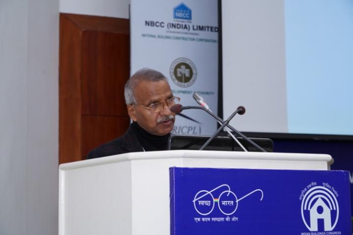 Shri M.C. Bansal, Chief Rapporteur presenting the Recommendations